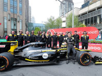 雷诺F1车队征战上海站 周冠宇街头路演