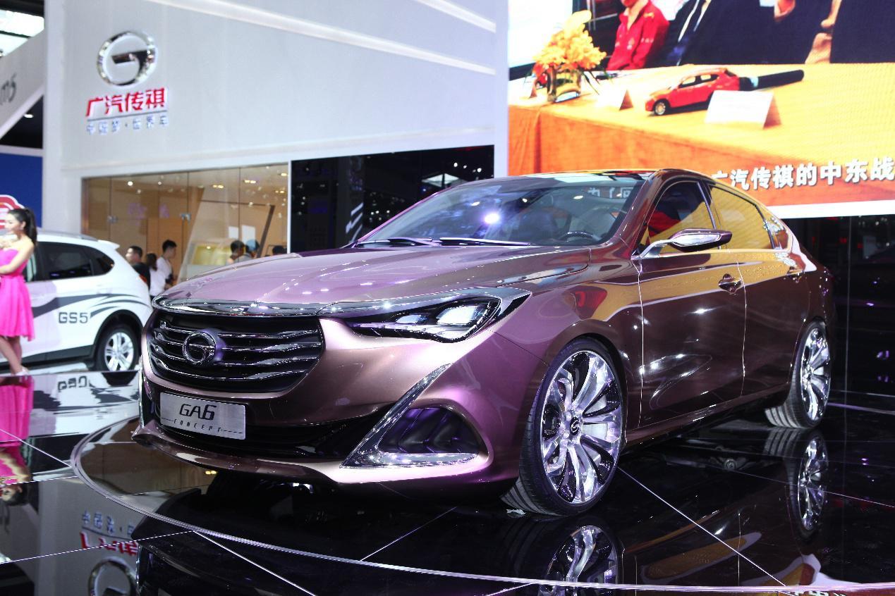 """作为首个获得好莱坞青睐的中国汽车品牌,传祺全系车型GA3/GA5/GS5等将与布加迪威龙、兰博基尼Aventador等超跑同场飙技,借好莱坞荧幕秀出中国汽车品牌的""""硬功夫""""。据悉,传祺凭借独创设计、世界级品质、以及领先技术得到制片方高度认可,并被导演迈克尔·贝评价为""""最具代表性的中国汽车品牌""""。 产品线扩充, 传祺军团蓄势待发 目前,广汽传祺已形成以两大体系4个平台的清晰产品线布局。进入2014年后,传祺产品导入速度加快。今年上半年,传"""